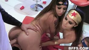 Порно видео с тегами «Большие члены, Минет, Групповой секс, Жесткий секс»